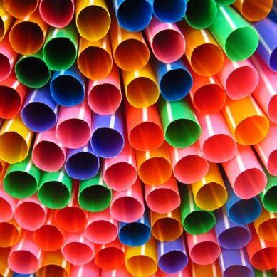 Τέλος και στην Ελλάδα τα πλαστικά καλαμάκια και οι αναδευτήρες ποτών