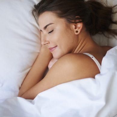 Ο ύπνος του Σαββατοκύριακου αναπληρώνει τις λίγες ώρες ύπνου των καθημερινών